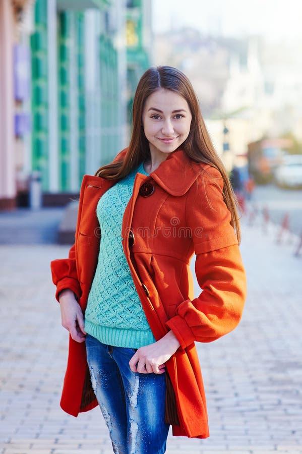 Arbeiten Sie draußen Porträt der schönen Brunettefrau um, die auf einer Stadtstraße aufwirft lizenzfreies stockbild