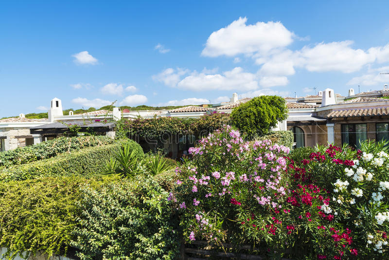 Arbeiten Sie in einer Urbanisierung von Häusern, Sardinien im Garten lizenzfreie stockbilder