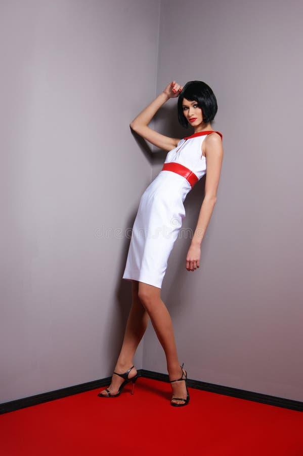 Arbeiten Sie Eintragfaden einer jungen Frau in einem Retro- Kleid um lizenzfreies stockfoto