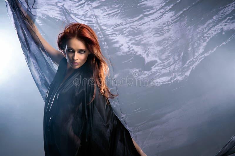 Arbeiten Sie Eintragfaden einer jungen Redhead Kaukasierfrau um lizenzfreies stockbild