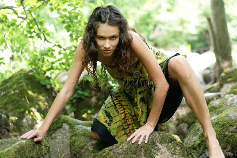 Arbeiten Sie Eintragfaden einer jungen wilden Frau in einem Wald um lizenzfreie stockfotografie