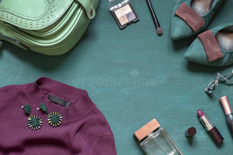 Arbeiten Sie flache Lage auf dem hölzernen Türkishintergrund mit Kosmetik, Schuhen und Kleid um stockbild