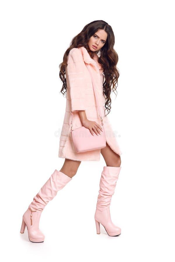Arbeiten Sie Foto der modernen Frau im rosa Mantel mit Handtasche wea um lizenzfreies stockfoto