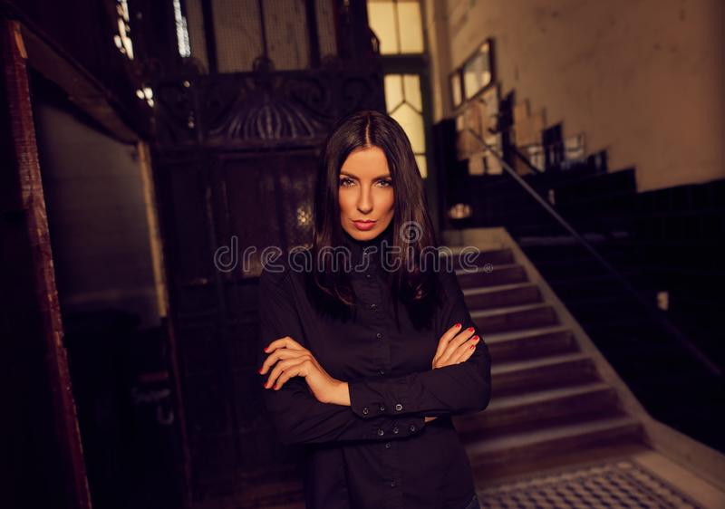 Arbeiten Sie Foto der modischen Frau im schwarzen Hemd um lizenzfreies stockbild