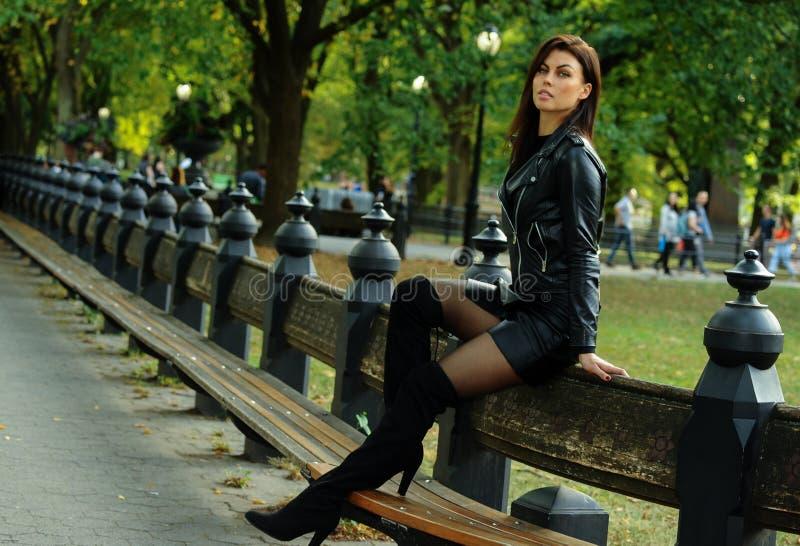 Arbeiten Sie Foto der schönen Brunettefrau in der stilvollen Kleidung im Freienum lizenzfreie stockbilder