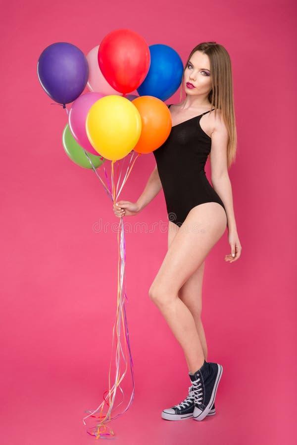 Arbeiten Sie Foto der schönen jungen Frau mit Ballonen um stockfoto