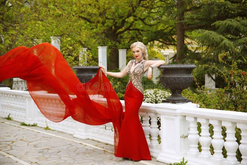 Arbeiten Sie Foto im Freien der schönen sexy Frau im herrlichen mermai um stockfotografie
