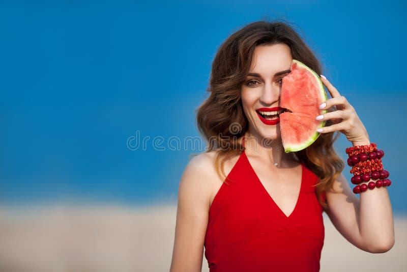 Arbeiten Sie Foto im Freien einer sinnlichen sexy Schönheit mit Rot um stockbilder