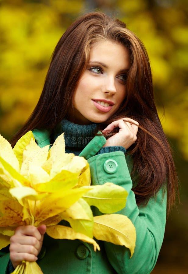 Arbeiten Sie Frau im Herbstpark um lizenzfreie stockfotografie
