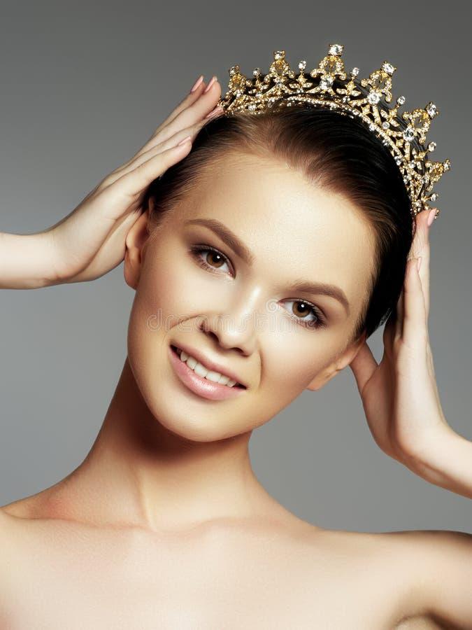 Arbeiten Sie herrliche Frau in der Diamantkrone, Schönheitswettbewerbsieger um Luxusmädchen mit hellem Make-up lizenzfreie stockfotos