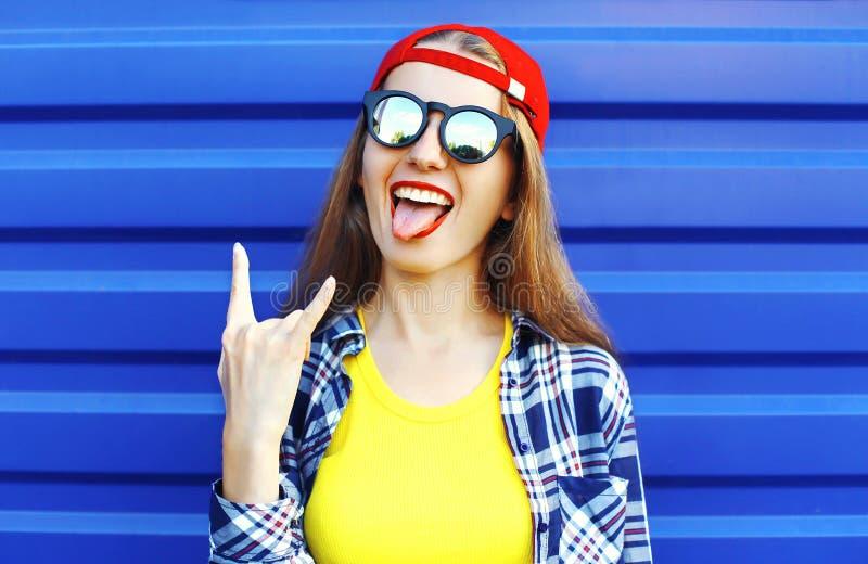 Arbeiten Sie Hippie kühles Mädchen in der Sonnenbrille und in bunter Kleidung um, die haben stockfoto