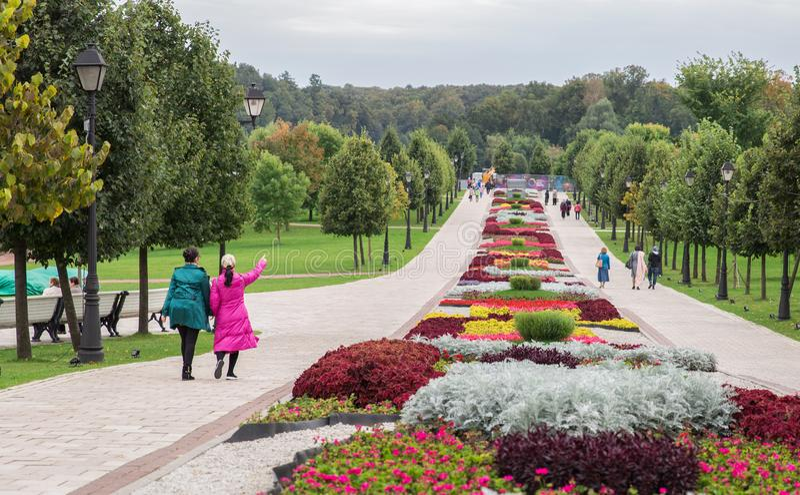 Arbeiten Sie innerhalb Tsaritsyno-Parks mit bunten Blumen in Moskau im Garten lizenzfreies stockbild
