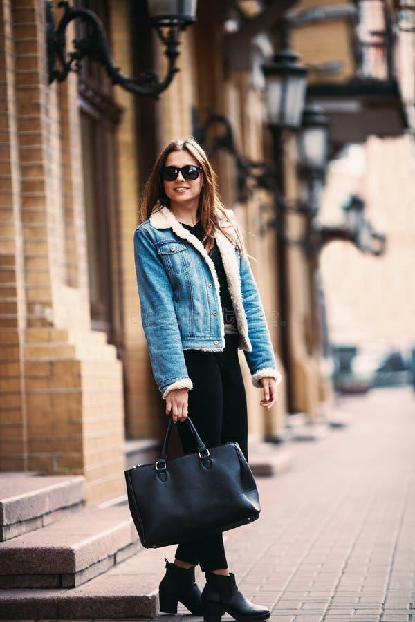 Arbeiten Sie Lebensstilporträt der jungen glücklichen hübschen Frau um, die Spaß auf der Straße am schönen sonnigen Sommertag lac stockfoto