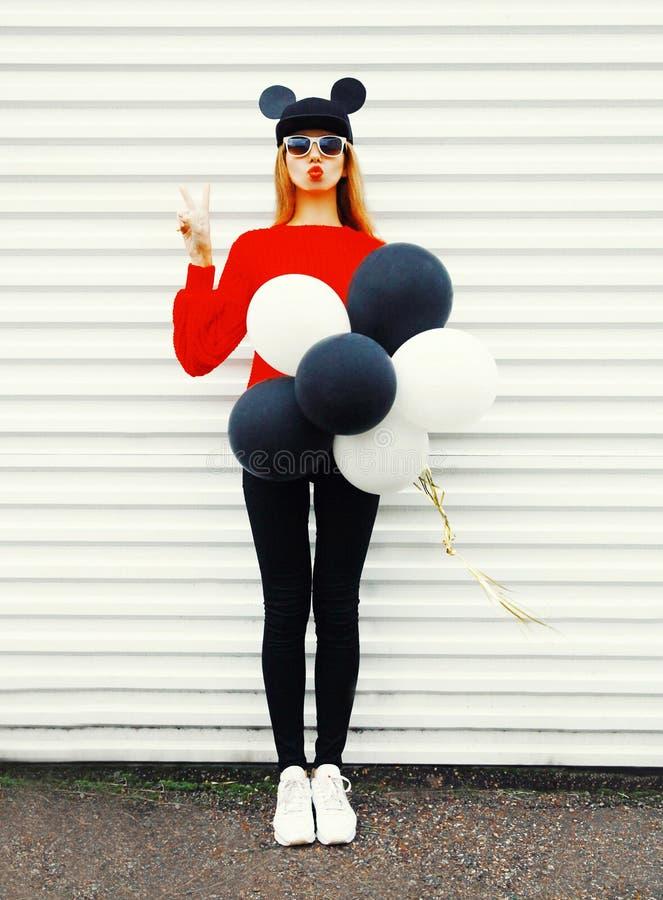 Arbeiten Sie lustige Frau in Rot gestrickter Strickjacke mit Luftballonen um lizenzfreie stockfotos