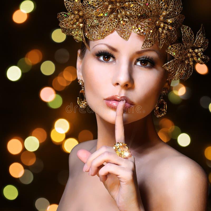 Arbeiten Sie Mädchen mit Goldschmucken über bokeh Hintergrund um. Schönheit stockbilder