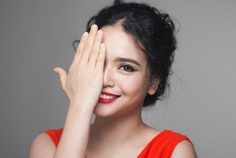 Arbeiten Sie Porträt der asiatischen Frau mit eleganter Frisur um vollkommen lizenzfreie stockfotografie