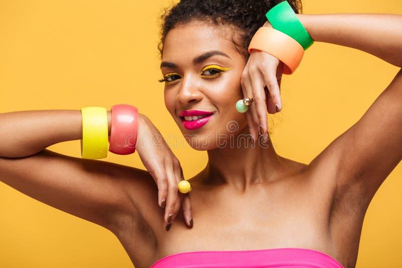 Arbeiten Sie Porträt der attraktiven Afroamerikanerfrau mit brigh um stockbild