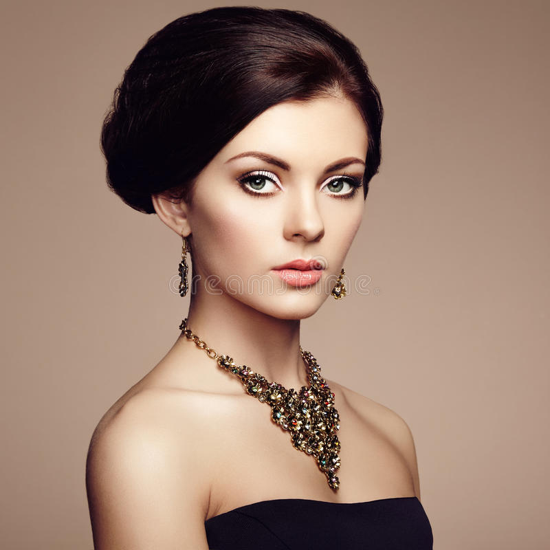 Arbeiten Sie Porträt der eleganten Frau mit dem ausgezeichneten Haar um lizenzfreies stockfoto