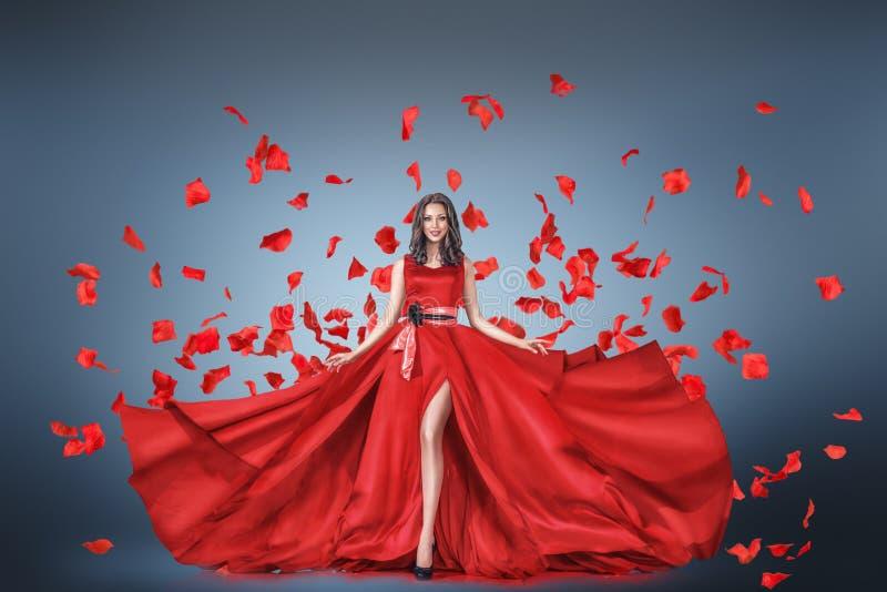 Arbeiten Sie Porträt der jungen Frau im langen Kleid um lizenzfreies stockfoto