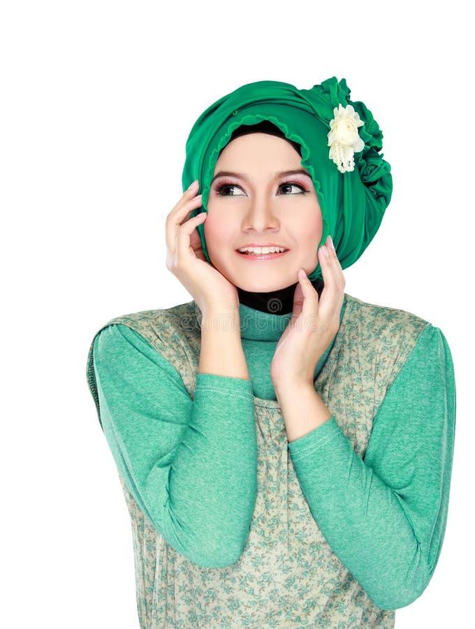 Arbeiten Sie Porträt der jungen glücklichen schönen moslemischen Frau mit gree um stockbild