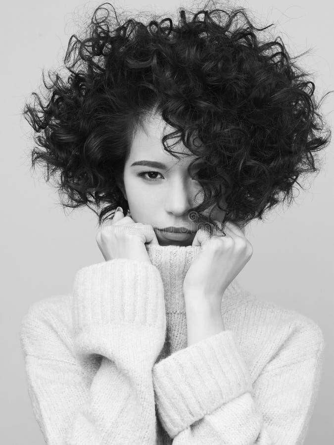 Arbeiten Sie Porträt der schönen asiatischen Frau im weißen Pullover um stockbilder