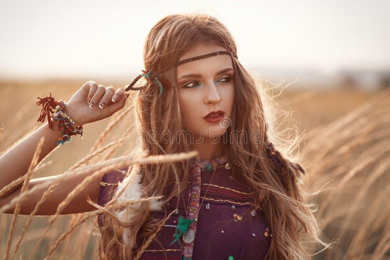Arbeiten Sie Porträt der schönen Hippiefrau am Sonnenuntergangsommer um lizenzfreies stockfoto