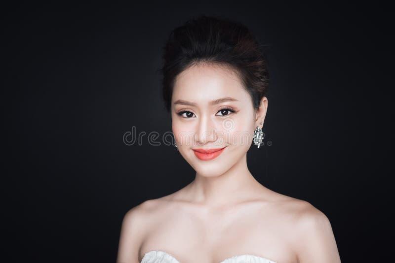 Arbeiten Sie Porträt der schönen jungen asiatischen Frau in weißem Kleid O um lizenzfreies stockfoto