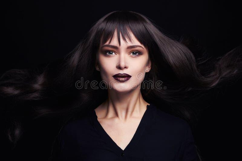 Arbeiten Sie Porträt der schönen jungen Frau mit dem langen gesunden Haar um Reizvolles Mädchen stockbilder