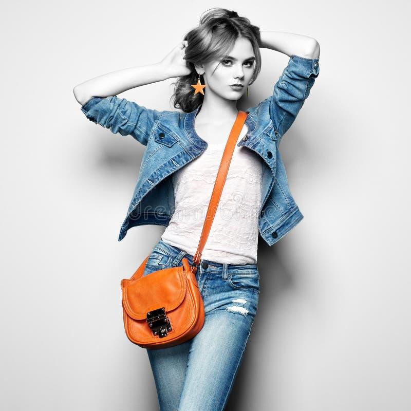 Arbeiten Sie Porträt der schönen jungen Frau mit Handtasche um stockfoto