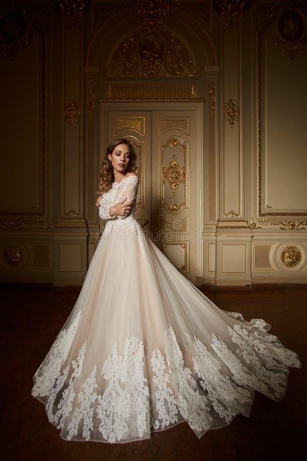 Arbeiten Sie Porträt der Schönheit im langen eleganten weißen Kleid um Mädchen mit eleganter Frisur Brautmode-modell herein stockfotos