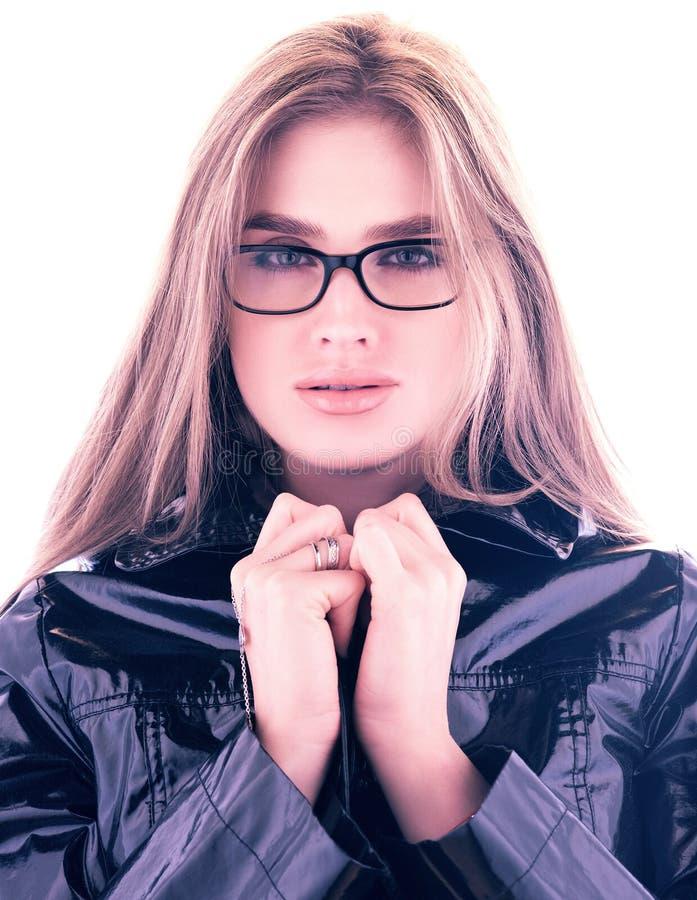 Arbeiten Sie Porträt der stilvollen jungen Frau in den Gläsern um Haar unten Glatter schwarzer Mantel stockfotografie