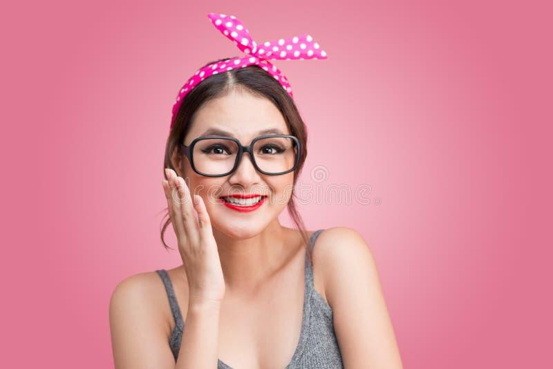 Arbeiten Sie Porträt des asiatischen Mädchens mit der Sonnenbrille um, die auf Rosa steht stockfoto