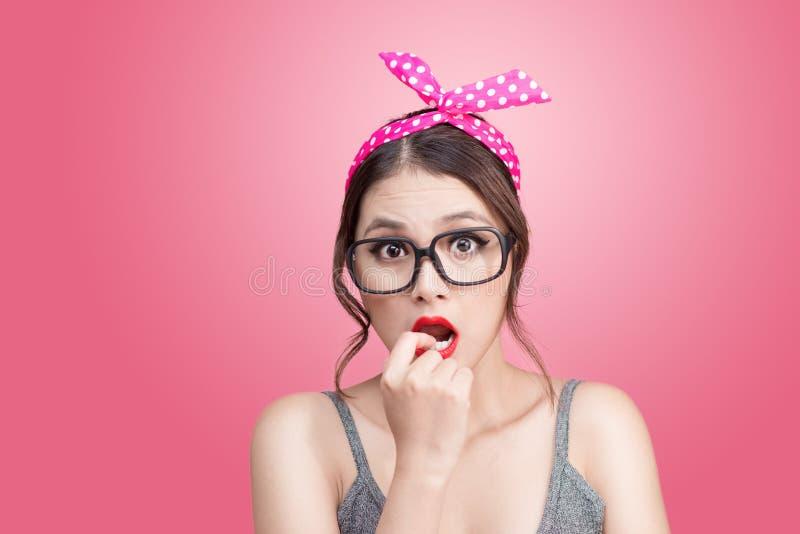 Arbeiten Sie Porträt des asiatischen Mädchens mit der Sonnenbrille um, die auf Rosa steht stockfotos