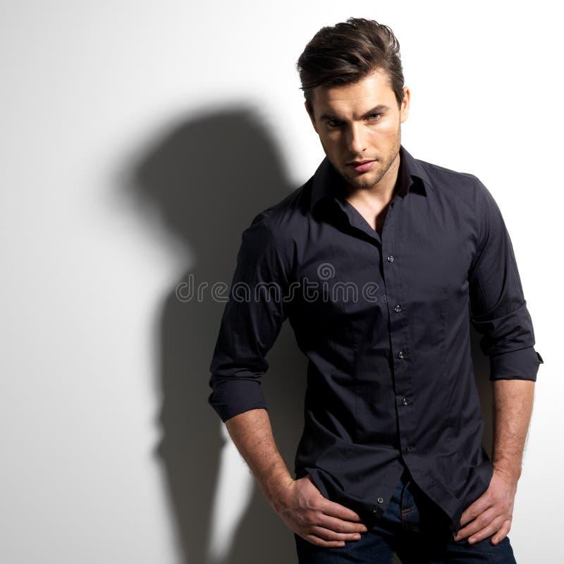 Arbeiten Sie Porträt des jungen Mannes im schwarzen Hemd um lizenzfreies stockfoto