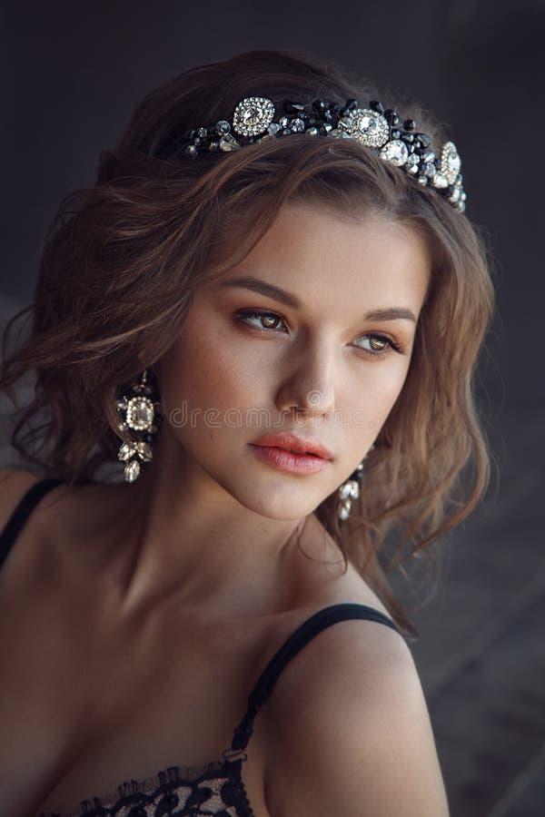 Arbeiten Sie Porträt des Modells mit Krone auf dem Metallhintergrund um lizenzfreie stockbilder