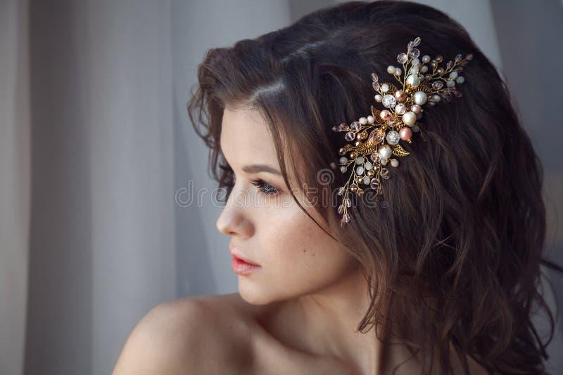 Arbeiten Sie Porträt des Modells mit stilvoller Frisur mit accessorie um lizenzfreie stockbilder