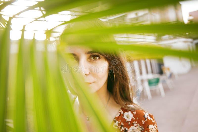 Arbeiten Sie Porträt einer schönen lächelnden Frau mit dem langen Haar auf dem Strand um Art und Weisefoto lizenzfreies stockbild