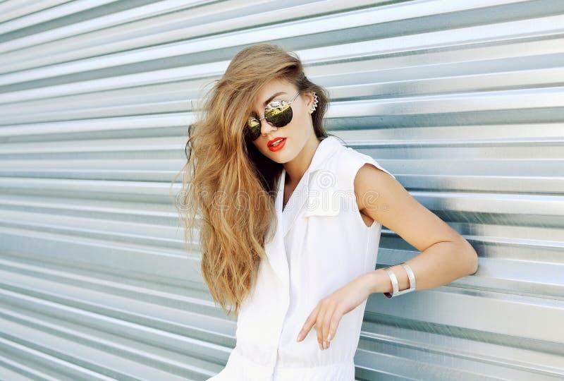 Arbeiten Sie Porträt einer Schönheit in Sonnenbrille und in Sommer d um lizenzfreie stockfotos