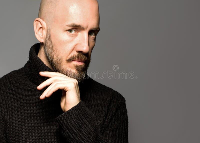Arbeiten Sie Porträt eines 40-jährigen Mannes um, der über einem hellgrauen steht stockfoto