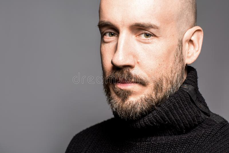 Arbeiten Sie Porträt eines 40-jährigen Mannes um, der über einem hellgrauen steht lizenzfreie stockfotografie