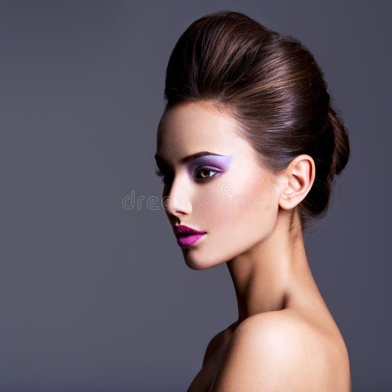 Arbeiten Sie Porträt eines schönen Mädchens mit der kreativen Frisur um stockbilder