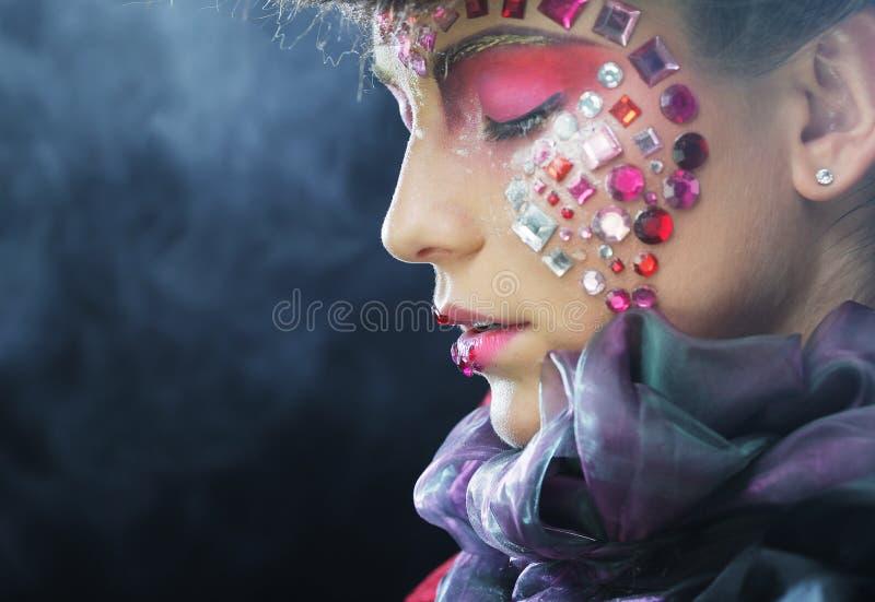 Arbeiten Sie Porträt eines schönen Modells mit kreativem bilden um stockfoto