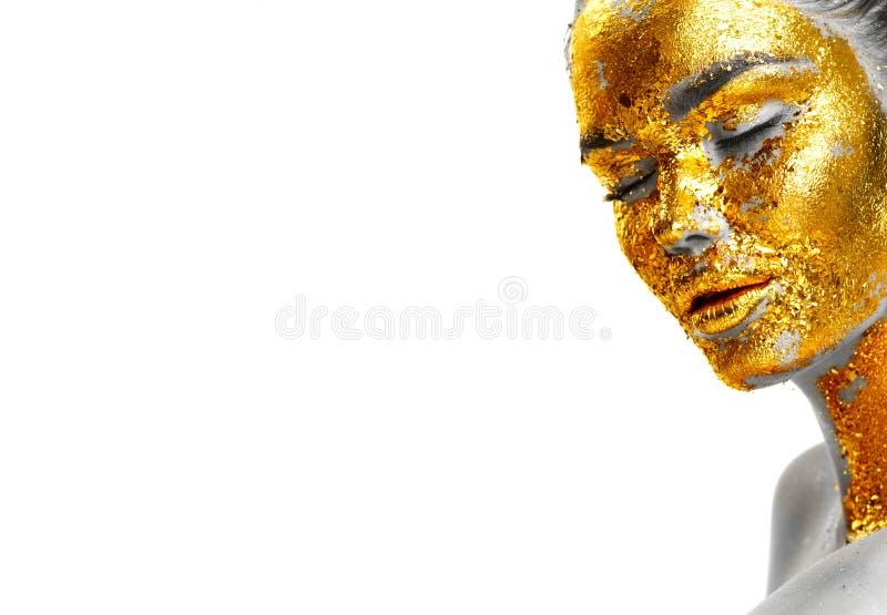 Arbeiten Sie Porträt Frau ` s der goldenen Gesichtsnahaufnahme um Vorbildliches Mädchen mit gebrochener Goldfolie auf Haut schmuc stockfotografie