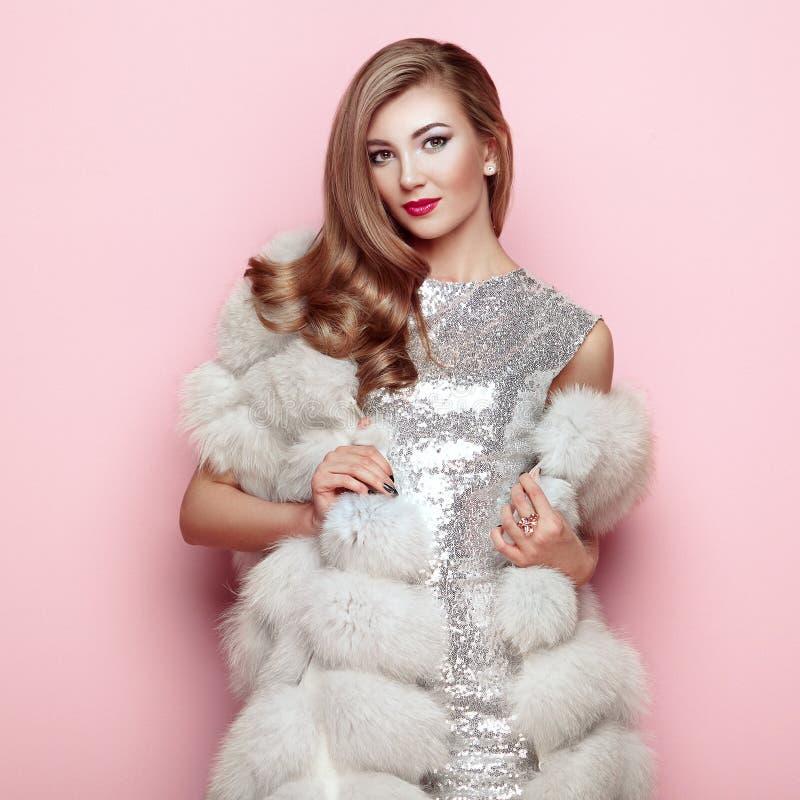 Arbeiten Sie Porträt junge Frau im weißen Pelzmantel um lizenzfreies stockbild