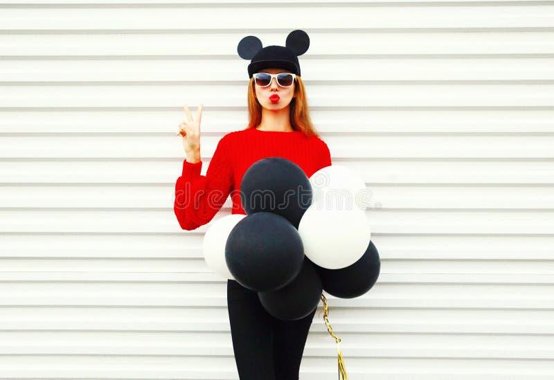 Arbeiten Sie Porträt lustige Frau in Rot gestrickter Strickjacke mit Luftballonen um lizenzfreie stockbilder