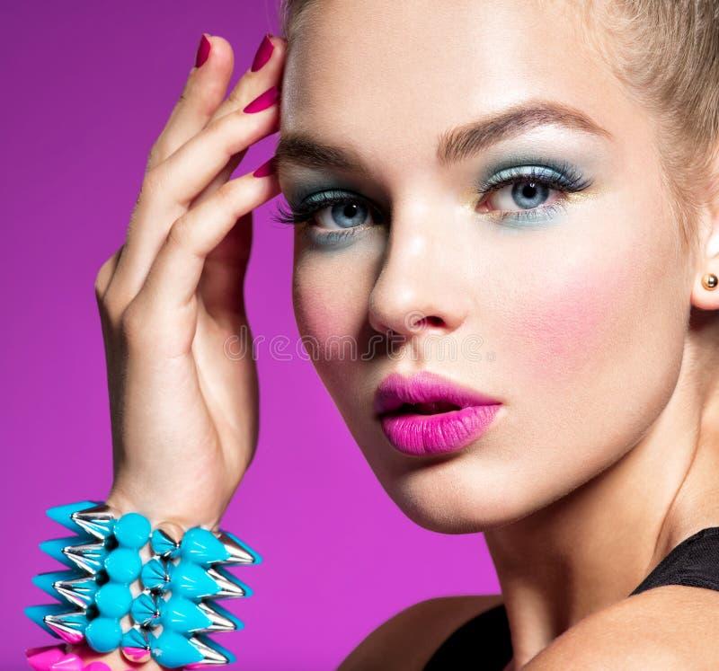 Arbeiten Sie Portr?t einer Sch?nheit mit hellem Make-up um stockbilder