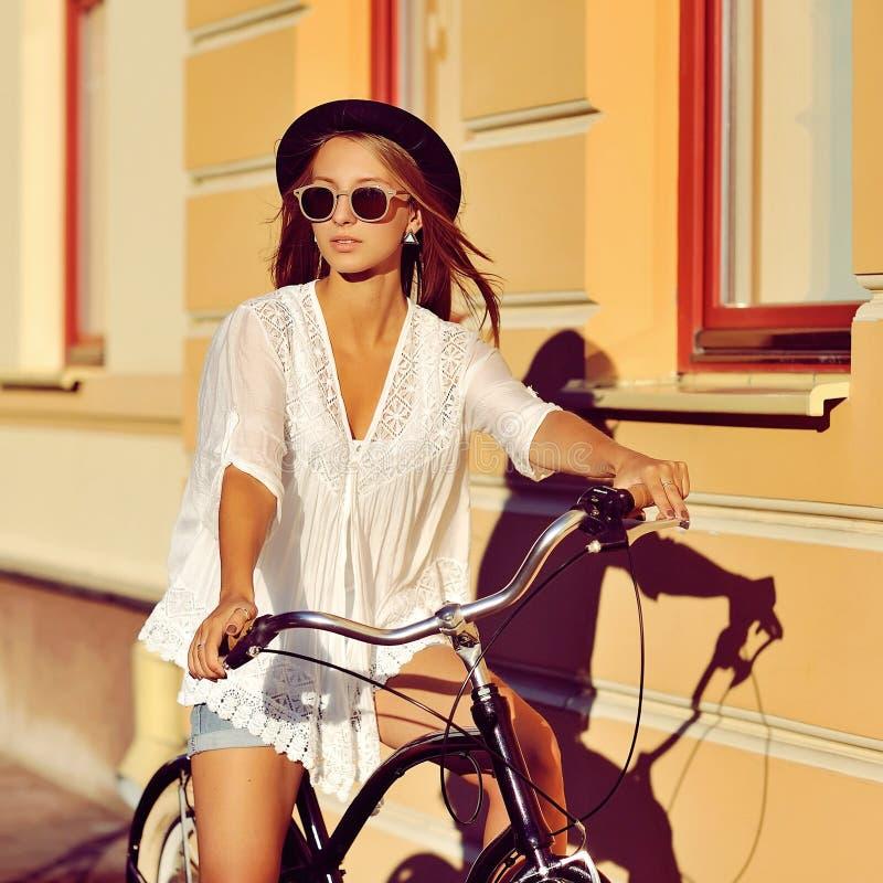Arbeiten Sie Portr?t von attraktiven Blondinen mit einem Weinlesefahrrad im Freienum stockbilder
