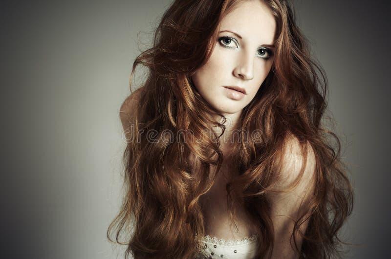 Arbeiten Sie Portrait einer jungen schönen Frau um lizenzfreie stockbilder