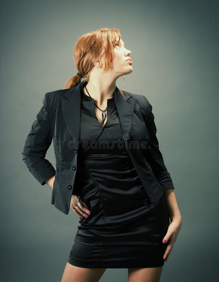 Arbeiten Sie Portrait einer reizvollen Frau des roten Haares um stockfotografie