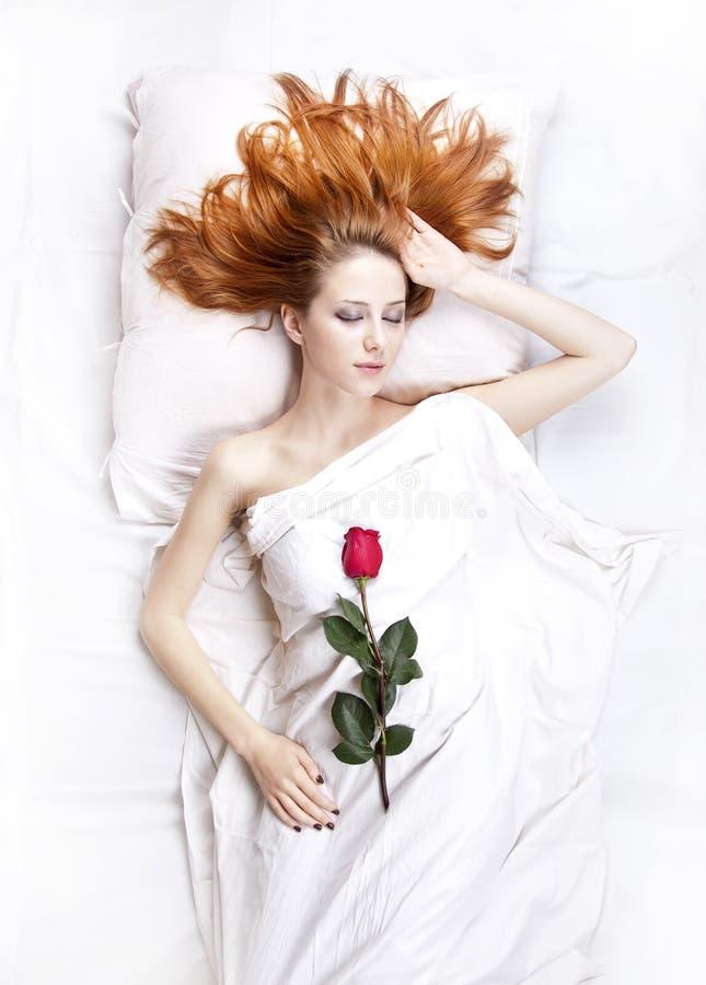 Arbeiten Sie red-haired Mädchen mit stieg in das Schlafzimmer um. lizenzfreie stockfotos